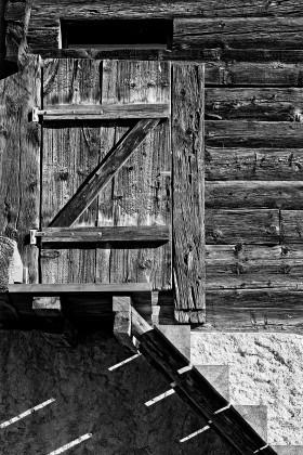 Stall – schwarz-weiss – Türe